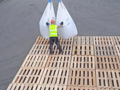 Погрузка мешков в вагоны с помощью строповки